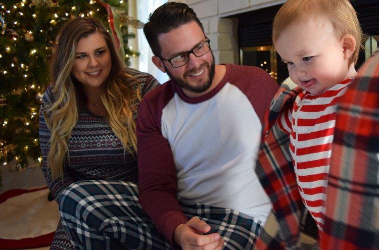 Miesten mukavat yöasut ja pyjamat rentoon yhdessäoloon sekä lämpimiin öihin tarjoaa Kärkkäinen! Tilaa yhtenäiset asut vaikka koko perheen iloksi!