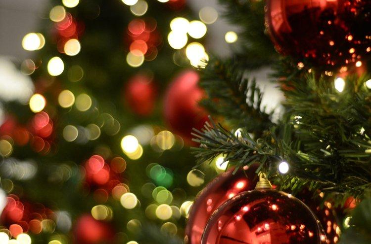 Joulukoristeet säihkyvät joulukuusessa sekä muualla kodissa! Koristeita voi askarrella myös itse yhdessä lasten kanssa.