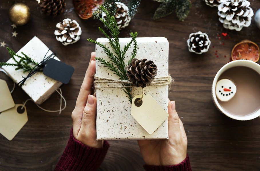 Joululahjojen paketointi voi olla luovaa! Koristele valmis lahjapaperi itsetehdyillä koristeilla tai askartele paperi itse hyödyntäen valmiita askartelumateriaaleja, nauhoja ja pakettikortteja.