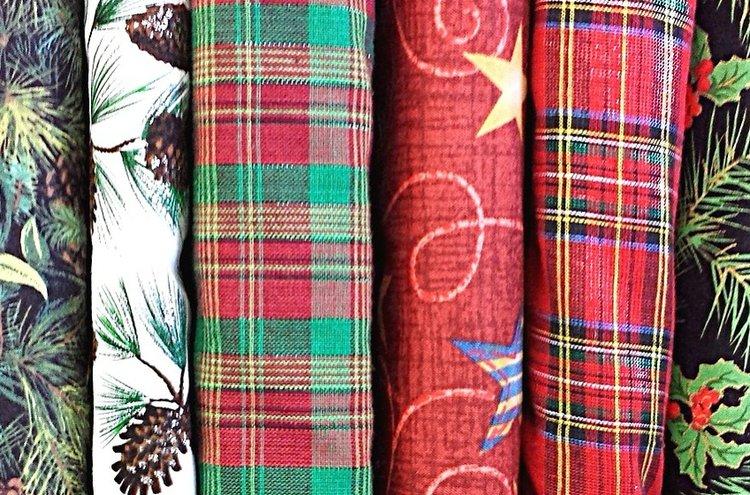 Joulukankaat ja muut joulutekstiilit vievät ajatukset menneisiin jouluihin, talven paukkupakkasiin ja perheen yhteisiin hetkiin.