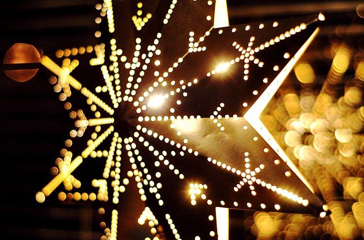 Jouluvalot syttyvät ulos pihamaalle ja sisälle ikkunoihin. Adventtikynttilöiden lisäksi myös valotähdet ovat suosittuja ikkunakoristeita.