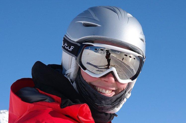 Laskettelulasit suojaavat auringon ja valkean hangen häikäisyltä, pöllyävältä lumelta, iskuilta ja vahingoilta.