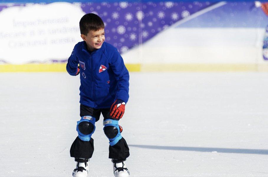 Lasten ja nuorten urheilukerrastot puet kevyiden liikuntavaatteiden tai jääkiekkovarusteiden alle.