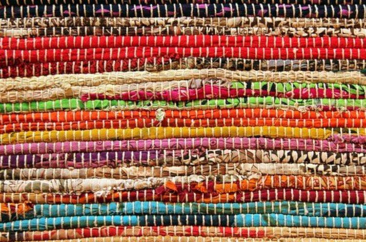 Värikäs matto raikastaa koko kodin ilmeen!