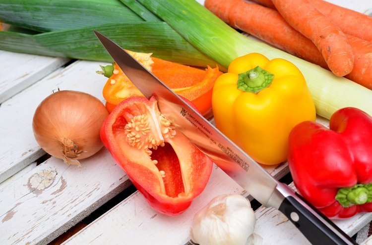 Hyvä keittiöveitsi pilkkoo ainekset ateriaan muitta mutkitta.