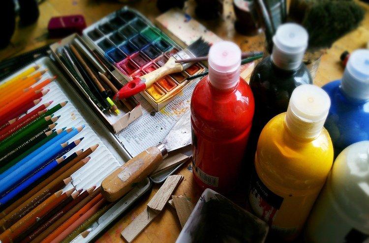 Maalaus- ja piirtovälineitä saisi pitää kotona käden ulottuvilla. Kannustavan ilmapiirin avulla lapsi rohkaistuu purkamaan sisintään taiteen muodossa. Taide on erinomainen harrastus myös aikuiselle!