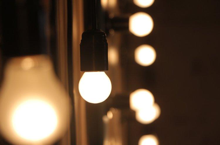 Lamput vaikuttavat huomattavasti kotimme mukavuuteen ja tunnelmaan. Riittävä valaistus on myös tärkeä turvallisuuskysymys portaissa, käytävissä ja sisääntulon kohdalla.