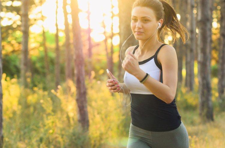 Naisten juoksuvaatteet ovat mukavat yllä ja näyttävät sporttisen trendikkäiltä.
