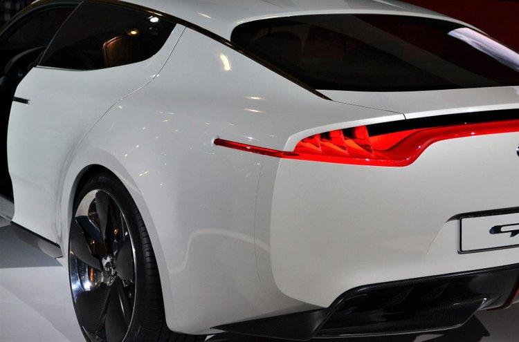 Autovahat ja kiillotusaineet tekevät maalipinnasta kestävän sekä lisäävät auton jälleenmyyntiarvoa.