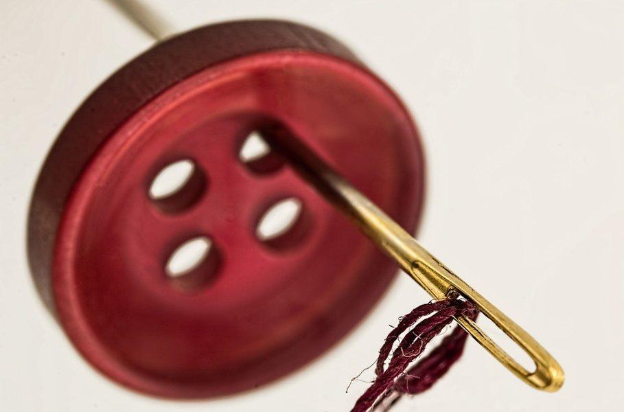Ompelutarvikkeet tulisi löytyä jokaisesta kodista. Ompelulaatikko on hyvä varustaa muutamilla täsmätavaroilla, joita on esimerkiksi neula, lankarulla, kangaspaikka, ratkoja ja nuppineulatyyny.