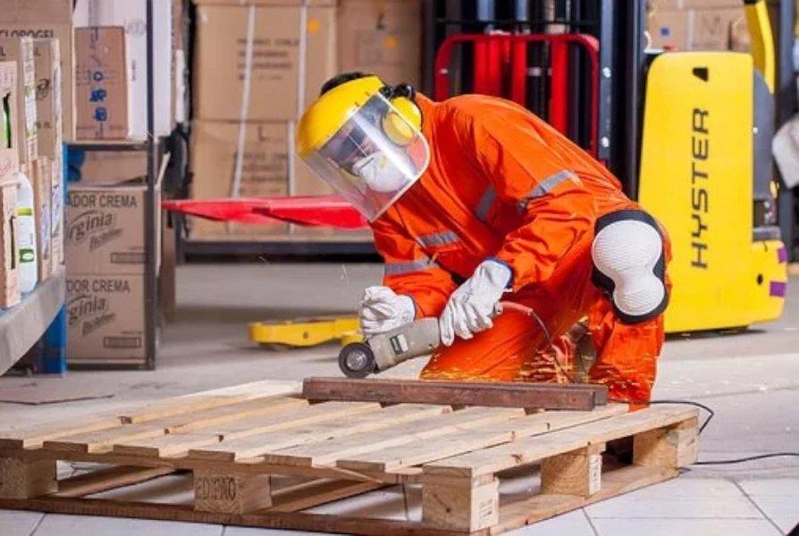 Peittävä työhaalari suojaa hyvin työmaan sotkuilta!