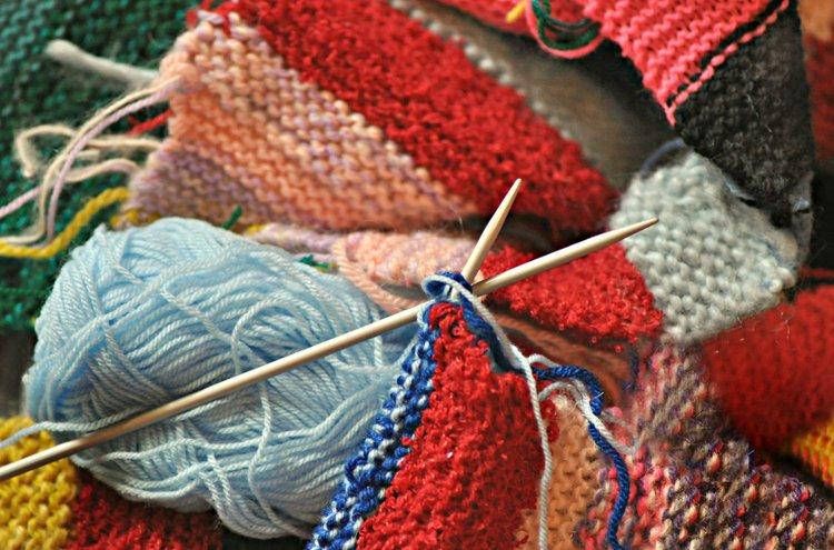 Kauneimmat neuleet syntyvät upeista neule- ja virkkuulangoista. Mutta mikä työ sopisi aloittelijan käsiin? Kaulaliinan kutomisella alkuun pääsee helposti, siinä ei tarvita kuin oikeaa silmukkaa kierros toisensa jälkeen!
