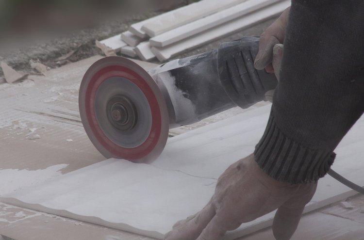 Kulmahiomakone leikkaa paitsi metallia, myös kivipintoja ja betonia, kuten pihalaattoja. Rälläkällä voi myös poistaa ruostetta ja epäpuhtauksia, kiillottaa ja hioa.