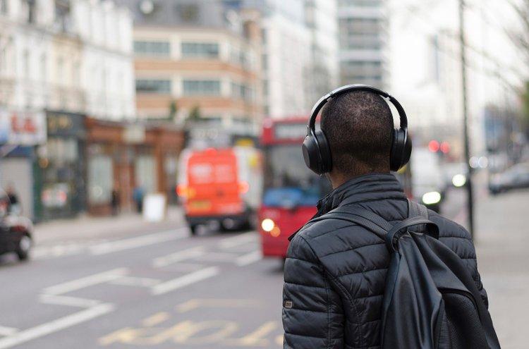 Ei enää johtojen selvittämistä ja nykimistä! Langattomat kuulokkeet ovat miellyttävät käyttää kotona, treenatessa, kaupungilla ja työpaikoilla.
