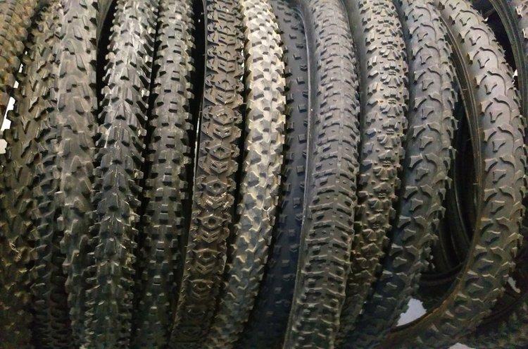 Polkupyörän renkaan vaihtamisen ei tarvitse olla vaikeaa. Tarvitset siihen näppärät sormet ja pari-kolme muovista rengasrautaa. Näin työ käy muutamissa minuuteissa!