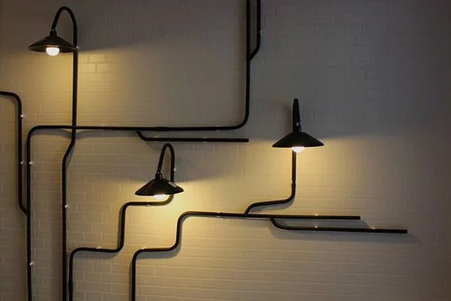 Seinävalaisin on osa kaunista sisustusta.